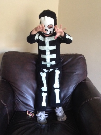 Homemade no-sew toddler skeleton costume & Homemade toddler skeleton costume | living on grace